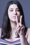 Πορτρέτο της νέας όμορφης γυναίκας που παρουσιάζει gestu νίκης ή ειρήνης στοκ φωτογραφία με δικαίωμα ελεύθερης χρήσης