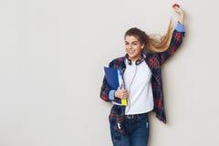 Πορτρέτο της νέας όμορφης γυναίκας σπουδαστή με τα βιβλία Στοκ Φωτογραφία