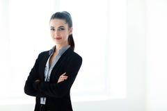 Πορτρέτο της νέας όμορφης επιχειρησιακής γυναίκας με τα διασχισμένα όπλα Στοκ εικόνα με δικαίωμα ελεύθερης χρήσης