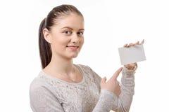 Πορτρέτο της νέας όμορφης ευτυχούς γυναίκας με την κενή άσπρη κάρτα Στοκ Φωτογραφία