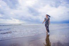 Πορτρέτο της νέας όμορφης και ευτυχούς ασιατικής κινεζικής γυναίκας σε την Στοκ Φωτογραφίες