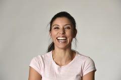 Πορτρέτο της νέας όμορφης και ευτυχούς λατινικής γυναίκας με το μεγάλο οδοντωτό χαμόγελο συγκινημένο και εύθυμο Στοκ εικόνα με δικαίωμα ελεύθερης χρήσης