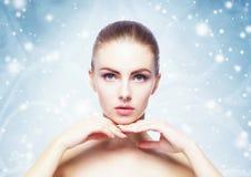 Πορτρέτο της νέας, όμορφης και υγιούς γυναίκας: πέρα από τη χειμερινή πλάτη Στοκ Εικόνες