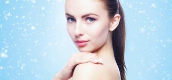 Πορτρέτο της νέας, όμορφης και υγιούς γυναίκας: πέρα από τη χειμερινή πλάτη Στοκ εικόνα με δικαίωμα ελεύθερης χρήσης