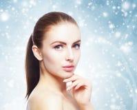 Πορτρέτο της νέας, όμορφης και υγιούς γυναίκας: πέρα από τη χειμερινή πλάτη Στοκ Φωτογραφίες