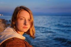 Πορτρέτο της νέας όμορφης κυρίας που θαυμάζει το θερινό τοπίο ο Στοκ Εικόνα