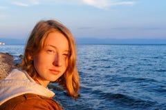 Πορτρέτο της νέας όμορφης κυρίας που θαυμάζει το θερινό τοπίο ο Στοκ φωτογραφία με δικαίωμα ελεύθερης χρήσης