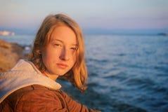 Πορτρέτο της νέας όμορφης κυρίας που θαυμάζει το θερινό τοπίο ο Στοκ εικόνες με δικαίωμα ελεύθερης χρήσης