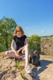 Πορτρέτο της νέας όμορφης κυρίας τουριστών στα γυαλιά ηλίου που κάθεται στο s στοκ εικόνες
