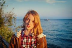 Πορτρέτο της νέας όμορφης κυρίας το καλοκαίρι στο ηλιοβασίλεμα Στοκ Φωτογραφία
