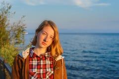 Πορτρέτο της νέας όμορφης κυρίας το καλοκαίρι στο ηλιοβασίλεμα Στοκ φωτογραφία με δικαίωμα ελεύθερης χρήσης