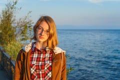 Πορτρέτο της νέας όμορφης κυρίας το καλοκαίρι στο ηλιοβασίλεμα Στοκ Εικόνες