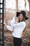 Πορτρέτο της νέας όμορφης χαμογελώντας γυναίκας με τη μακρυμάλλη φθορά Στοκ Εικόνες