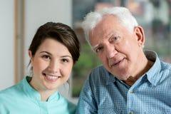 Πορτρέτο της νοσοκόμας με τον ασθενή Στοκ φωτογραφία με δικαίωμα ελεύθερης χρήσης