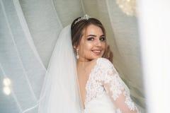 Πορτρέτο της νύφης στο πάρκο γάμος κατάταξης τεμαχίων φορεμάτων ημέρα ηλιόλουστη Στοκ φωτογραφία με δικαίωμα ελεύθερης χρήσης