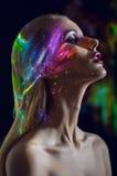 Πορτρέτο της ξανθής γυναίκας με να λάμψει τα φω'τα στο πρόσωπο στοκ εικόνες με δικαίωμα ελεύθερης χρήσης