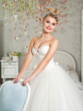 Πορτρέτο της ξανθής νύφης στο εσωτερικό Στοκ εικόνα με δικαίωμα ελεύθερης χρήσης