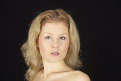 Πορτρέτο της ξανθός-μαλλιαρής γυναίκας Στοκ φωτογραφία με δικαίωμα ελεύθερης χρήσης