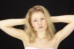 Πορτρέτο της ξανθός-μαλλιαρής γυναίκας Στοκ φωτογραφίες με δικαίωμα ελεύθερης χρήσης