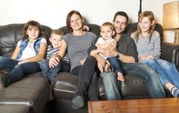 Πορτρέτο της οικογένειας που έχει τη διασκέδαση στο καθιστικό Ευτυχής χρόνος οικογενειακών εξόδων στο σπίτι από κοινού στοκ εικόνα με δικαίωμα ελεύθερης χρήσης