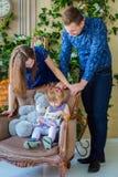 Πορτρέτο της οικογένειας στο σπίτι Στοκ εικόνα με δικαίωμα ελεύθερης χρήσης