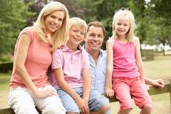 Πορτρέτο της οικογενειακής συνεδρίασης στη φραγή στην επαρχία Στοκ φωτογραφία με δικαίωμα ελεύθερης χρήσης