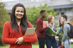 Πορτρέτο της ομάδας σπουδαστών έξω από το κτήριο κολλεγίου στοκ εικόνα