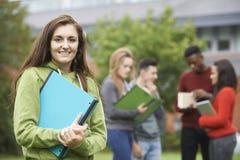 Πορτρέτο της ομάδας σπουδαστών έξω από το κτήριο κολλεγίου Στοκ Εικόνες