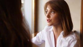Πορτρέτο της ομιλίας επιχειρησιακών γυναικών στη συνεδρίαση απόθεμα βίντεο