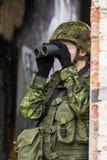 Πορτρέτο της οπλισμένης γυναίκας με την κάλυψη Ο νέος θηλυκός στρατιώτης παρατηρεί με το πυροβόλο Στοκ εικόνα με δικαίωμα ελεύθερης χρήσης