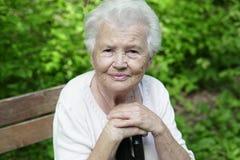 Πορτρέτο της παλαιάς γιαγιάς σε έναν πάγκο πάρκων συμπαθητικό στοκ εικόνα με δικαίωμα ελεύθερης χρήσης