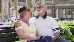Πορτρέτο της παλαιάς χαλάρωσης ζευγών στον πάγκο στο πάρκο απόθεμα βίντεο