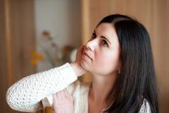 Πορτρέτο της πανέμορφης στοχαστικής νέας γυναίκας Στοκ φωτογραφία με δικαίωμα ελεύθερης χρήσης
