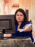 Πορτρέτο της παχιάς εργασίας γυναικών στο γραφείο καθμένος μπροστά από το γραφείο της στο γραφείο Στοκ φωτογραφίες με δικαίωμα ελεύθερης χρήσης
