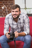 Πορτρέτο της περιστασιακής κάμερας εκμετάλλευσης συντακτών φωτογραφιών Στοκ Φωτογραφία