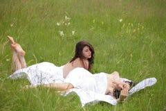Πορτρέτο της προκλητικής γυναίκας δύο στη φύση στοκ εικόνα