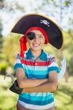 Πορτρέτο της προσποίησης αγοριών να είναι πειρατής στο πάρκο Στοκ Εικόνες