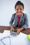 Πορτρέτο της προσποίησης κοριτσιών χαμόγελου ως επιχειρηματία που χρησιμοποιεί τον υπολογιστή Στοκ εικόνες με δικαίωμα ελεύθερης χρήσης