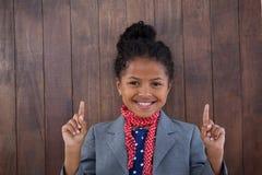 Πορτρέτο της προσποίησης κοριτσιών χαμόγελου ως επιχειρηματία που δείχνει προς τα πάνω Στοκ Εικόνα