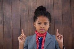Πορτρέτο της προσποίησης κοριτσιών ως επιχειρηματία που δείχνει προς τα πάνω Στοκ Φωτογραφίες