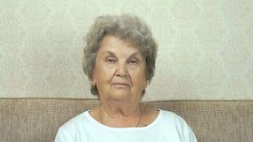 Πορτρέτο της σοβαρής ανώτερης γυναίκας με το ακριβές βλέμμα απόθεμα βίντεο