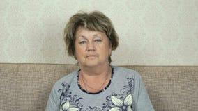 Πορτρέτο της σοβαρής ανώτερης γυναίκας με το σκληρό βλέμμα απόθεμα βίντεο
