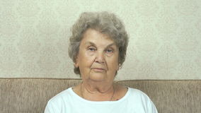 Πορτρέτο της σοβαρής ανώτερης γυναίκας με το σκληρό βλέμμα φιλμ μικρού μήκους