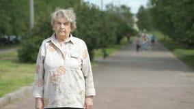 Πορτρέτο της σοβαρής ηλικιωμένης γυναίκας ηλικίας η δεκαετία του '80 υπαίθρια απόθεμα βίντεο