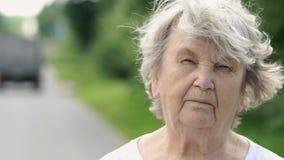Πορτρέτο της σοβαρής ώριμης ηλικιωμένης γυναίκας Κινηματογράφηση σε πρώτο πλάνο απόθεμα βίντεο