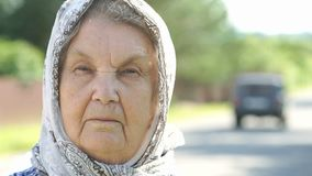 Πορτρέτο της σοβαρής ώριμης ηλικιωμένης γυναίκας Κινηματογράφηση σε πρώτο πλάνο φιλμ μικρού μήκους