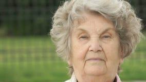 Πορτρέτο της σοβαρής ώριμης ηλικιωμένης γυναίκας υπαίθρια απόθεμα βίντεο