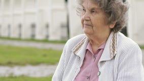 Πορτρέτο της σοβαρής ώριμης ηλικιωμένης γυναίκας υπαίθρια φιλμ μικρού μήκους