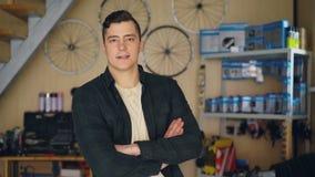 Πορτρέτο της στάσης ιδιοκτητών εργαστηρίων επισκευής ποδηλάτων στον εργασιακό χώρο του και της εξέτασης τη κάμερα Ανταλλακτικά πο απόθεμα βίντεο