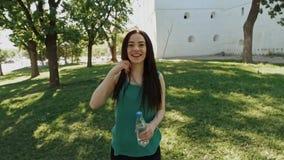 Πορτρέτο της συγκινημένης χαμογελώντας πηδώντας νέας γυναίκας Ειλικρινείς συγκινήσεις ανθρώπων, έννοια τρόπου ζωής πάθους απόθεμα βίντεο